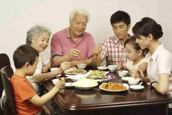 为什么吃饭时要让老人先动筷子