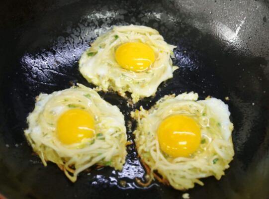 一个鸡蛋为什么会有两个蛋黄?能吃吗