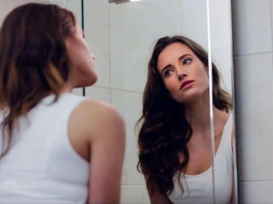 女人晚上照镜子